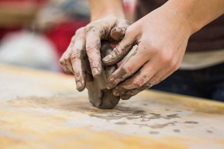 Schüsseln und Schalen Keramik Workshop in der Guten Stube. Foto by Unsplash Alex Jones.